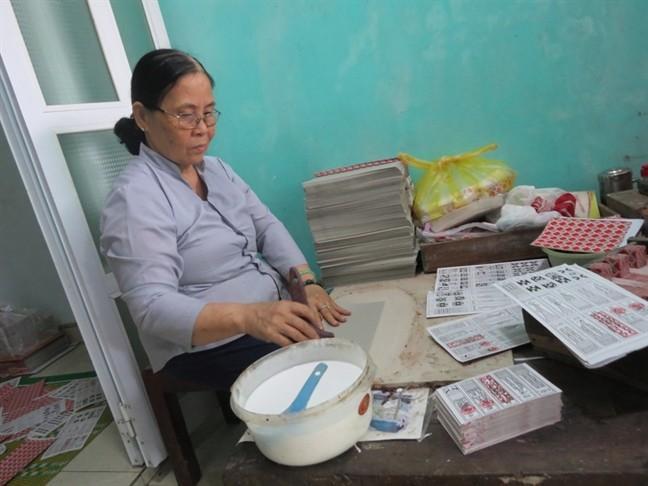 Gia đình bà Ngô Thị Tuyết là hộ cuối cùng tại làng Địa Linh còn sản xuất bài tới.