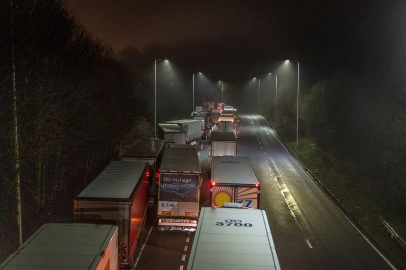 Nhiều xe tải bị tắc nghẽn do các nước hạn chế đi lại với nước Anh vì biến thể mới của virus.