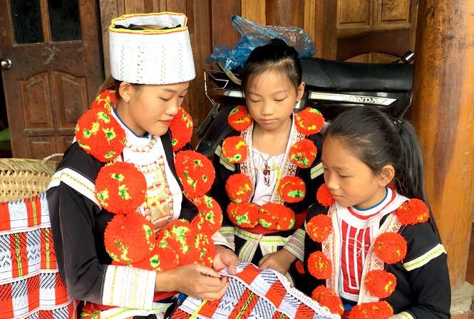"""Đặc sắc trang phục được coi là """"báu vật"""" của người Dao Đỏ ở Tuyên Quang"""
