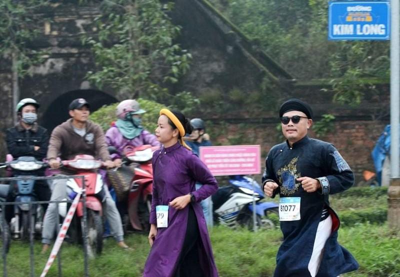 Lần đầu tiên xuất hiện các VĐV không chuyên mặc áo dài chạy marathon.