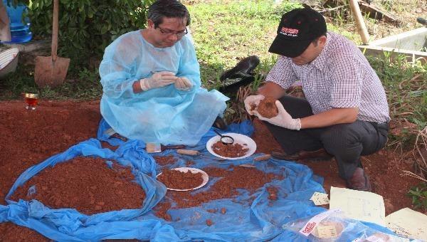 Các GĐV Viện Pháp y quốc gia đang khai quật ngôi mộ nghi của cha bà Myly Nguyễn.