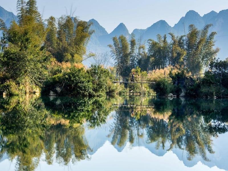 Một cây cầu tre vắt vẻo bắc ở đoạn sông Quây Sơn hẹp nhất khiến khung cảnh càng như nghệ thuật sắp đặt của một bức tranh.