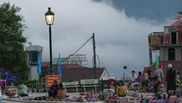 Những gian hàng nhỏ được bày bán tại trung tâm thị xã Sa Pa.
