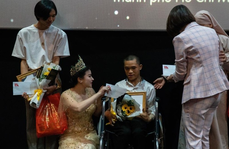 Các nhà hảo tâm, người tham dự chương trình tặng quà cho hai em học sinh nhận học bổng Tiếp sức đến trường.