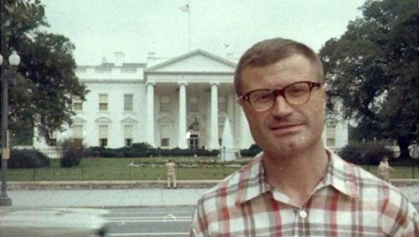 Karel Koecher trước cổng Nhà Trắng năm 1966.