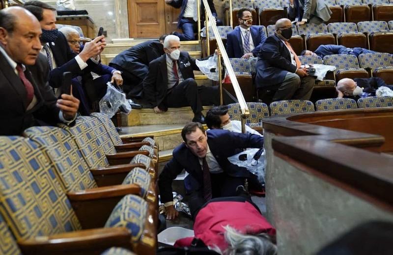 Quang cảnh hỗn loạn bên trong tòa nhà Quốc hội Mỹ khi bị tấn công.