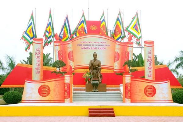Tượng đài Nguyễn Bỉnh Khiêm.