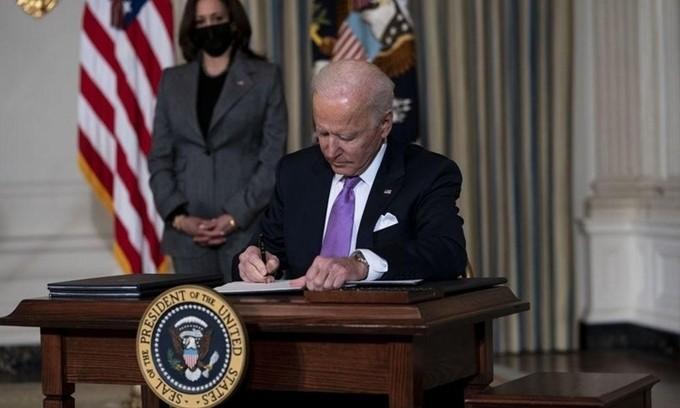 Tổng thống Mỹ Joe Biden ký sắc lệnh trong Nhà Trắng hôm 26/1.