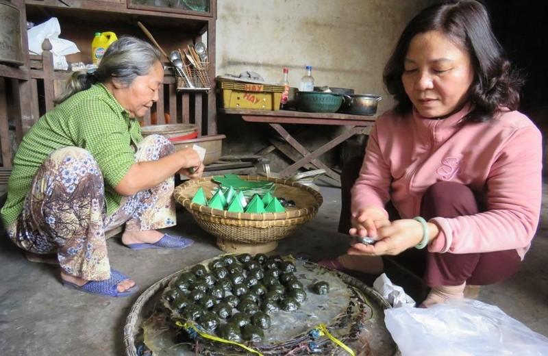 Chị em bà Cúc tâm huyết giữ nghề làm bánh Tết do mẹ truyền lại.