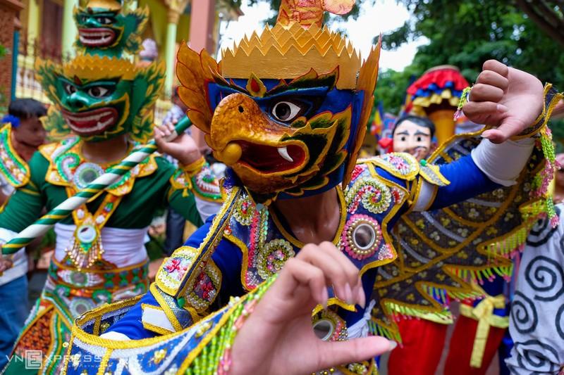 Những chiếc mặt nạ rực rỡ sắc màu không thể thiếu trong các lễ hội của người Khemer.