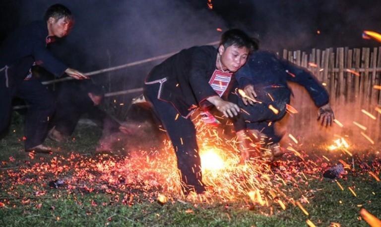"""Kỳ bí Lễ hội """"Nhảy lửa"""" của người Dao đỏ"""