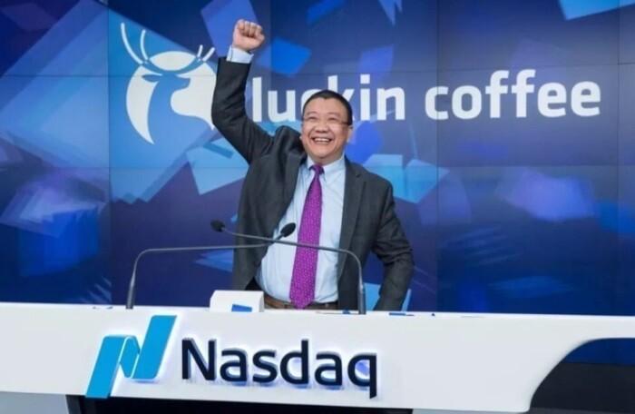 Chủ tịch Lu Zhengyao trong lễ IPO của Luckin Coffee tại sàn chứng khoán Nasdaq (New York, Mỹ).