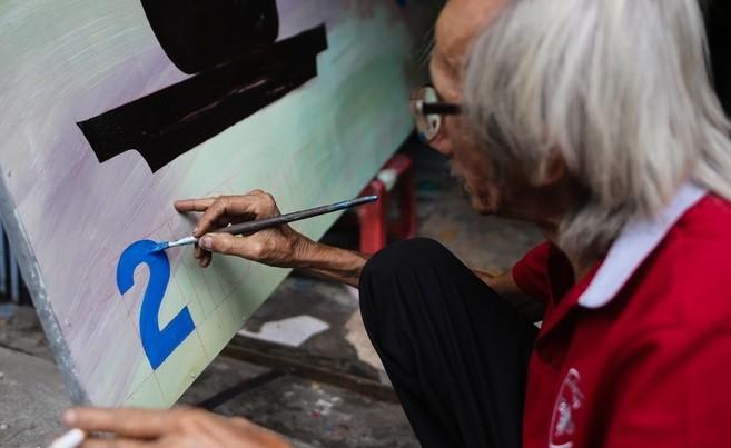 Nghệ nhân Hoàng Minh Phương say mê sáng tạo. (ảnh Zung.vn)
