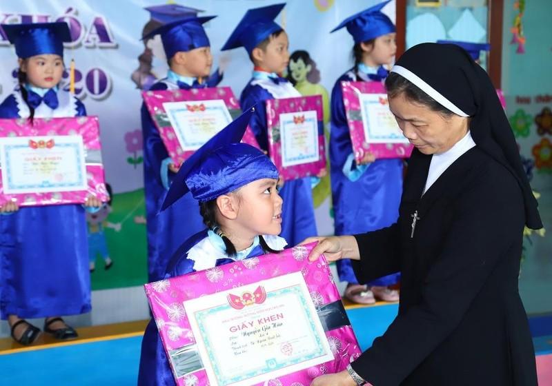 Sơ Đào Thị Thanh Hồng với trẻ trong một dịp khen thưởng.