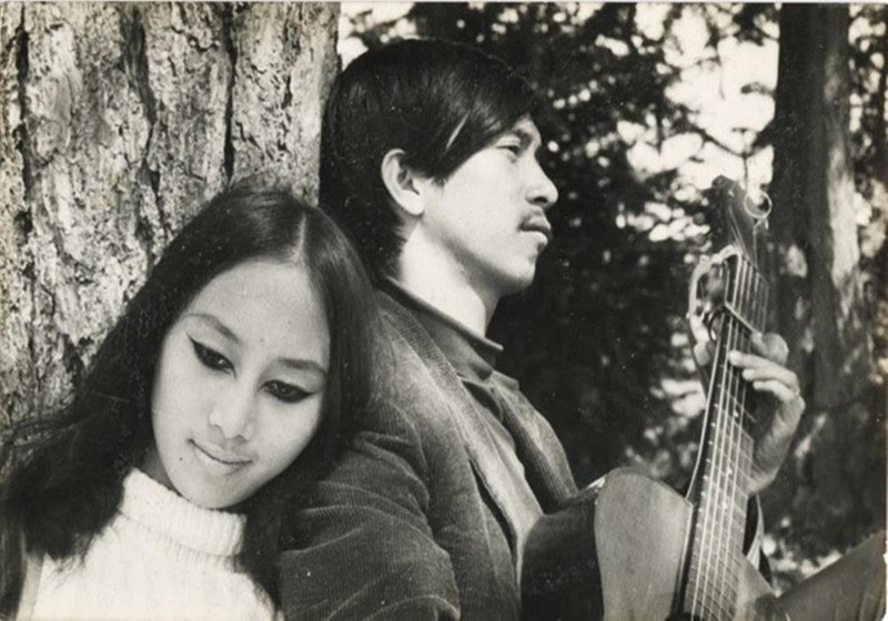Lê Uyên và Phương thời rong ruổi du ca với cây đàn ghi-ta.