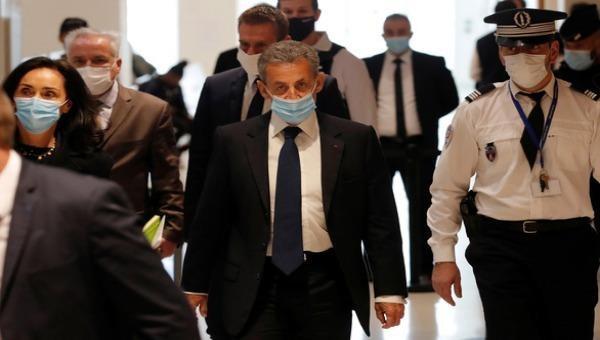 Cựu tổng thống Pháp Nicolas Sarkozy đeo khẩu trang khi đến tòa án Paris, Pháp ngày 1/1/2021.