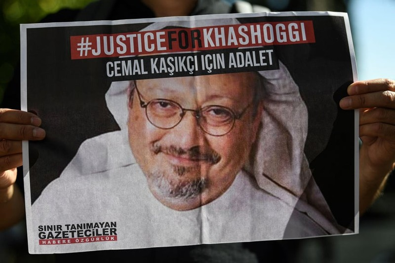 Người biểu tình cầm giơ ảnh nhà báo Jamal Khoshaggi.