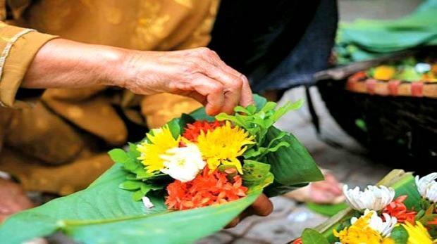 Ngẫm ngợi nơi gác nhỏ: Đĩa hoa cúng