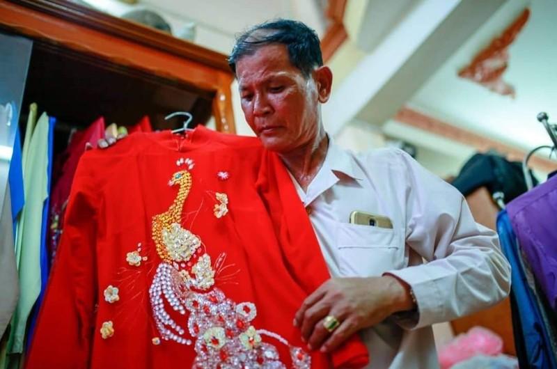 Nghệ nhân ưu tú Lê Minh Hùng đã dành hơn 40 năm cuộc đời để theo đổi nghề múa bóng rỗi.