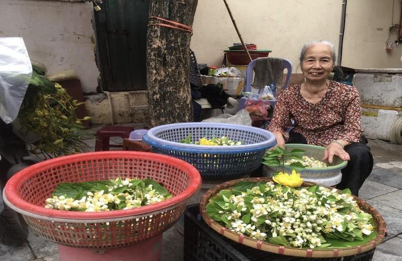 Thảnh thơi gánh hoa 70 năm giữa tất bật Hà Thành
