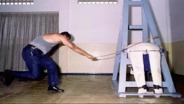 Ảnh minh họa thực hiện hình phạt đánh roi.
