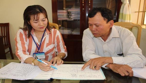 Các công chức Tư pháp – Hộ tịch xã Kim Long luôn tận tình hướng dẫn mỗi khi hòa giải viên cần tư vấn.