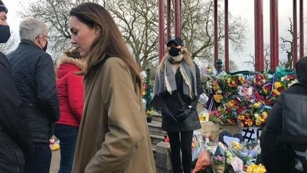 Công nương Kate đến đặt hoa tưởng niệm Sarah.