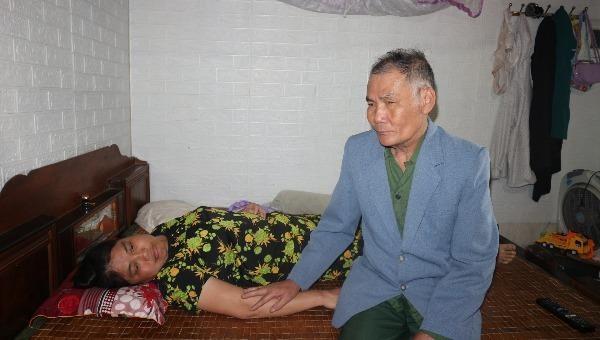 Gần 70 tuổi, cựu binh Lê Văn Cảnh vẫn phải chăm nuôi cô con gái đầu bị ảnh hưởng chất độc da cam.