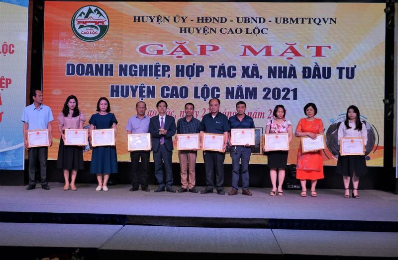 Chủ tịch UBND huyện Cao Lộc tặng giấy khen cho 10 tập thể doanh nghiệp HTX nhà đầu tư có thành tích xuất sắc năm 2020.