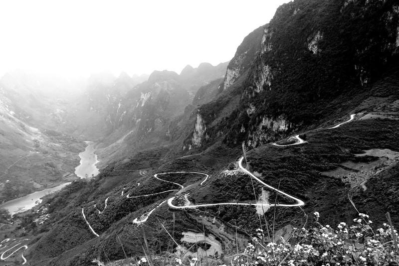 8km đường dốc xuống sông Nho Quế (ảnh: Họa sĩ Đỗ Đức).