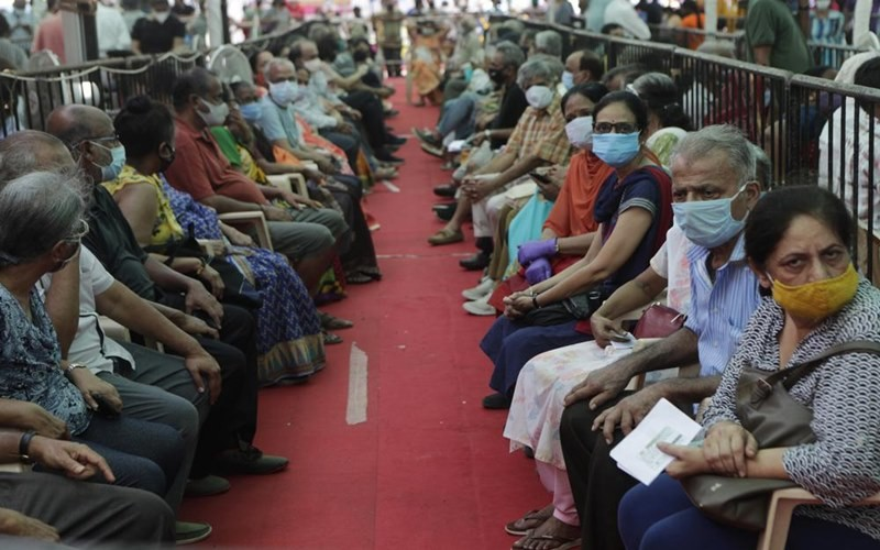 Người dân tại Mumbai, Ấn Độ chờ tiêm vaccine ngừa Covid-19. (ảnh: AP).
