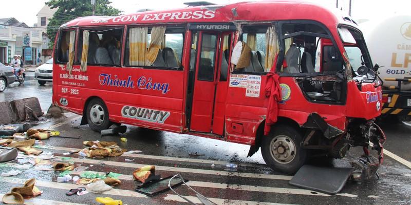 Bình Dương: Xe khách lao vào dải phân cách, nhiều người bị thương