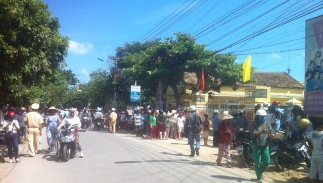 Người dân hiếu kỳ kéo đến trước cổng ủy ban xã để nghe ngóng vụ việc