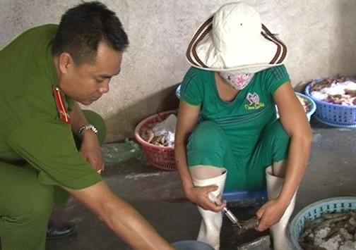 Bắt quả tang 2 cơ sở bơm tạp chất lạ vào tôm bán cho nhà hàng ở Huế