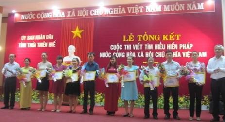 Lãnh đạo tỉnh Thừa Thiên Huế trao giải cho các tác giả đạt giải