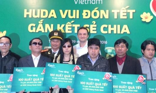 Tổng giám đốc Carlsberrg Việt Nam trao quà cho các tổ chức Hội