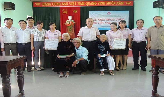 Ông Trương Công Lân – Giám đốc Chi nhánh NHCSXH tỉnh Thừa Thiên Huế trao quà cho Mẹ Việt Nam Anh Hùng Hoàng Thị Ẵm và Hoàng Thị Ký.