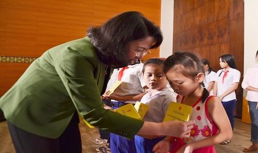 Phó Chủ tịch nước Đặng Thị Ngọc Thịnh trao các suất học bổng cho các em học sinh có hoàn cảnh khó khăn trong tỉnh Quảng Trị