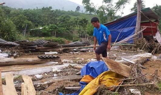 Anh Trần Thanh Lam bên trang trại bị lũ quét tàn phá nặng nề.