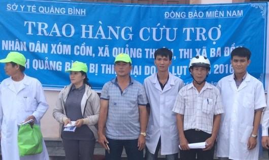 Đoàn thiện nguyện trao quà cho người dân Quảng Bình