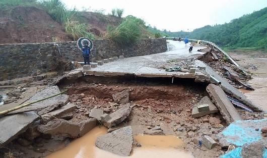 Quảng Trị: Lũ cuốn sập cầu Húc Nghì, hơn 100 hộ dân bị ảnh hưởng