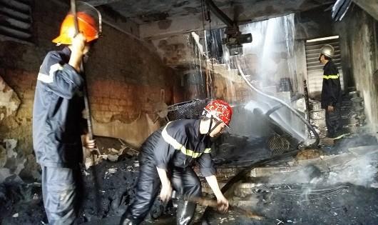 """Huế: Bà hỏa """"viếng thăm"""", kho lốp máy cày bị hóa ra tro"""
