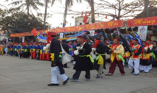 Linh thiêng lễ hội Cầu Ngư lớn nhất đất Cố đô