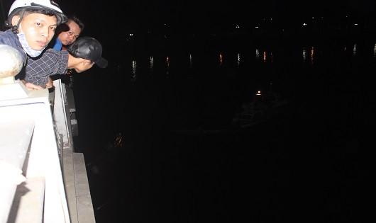 Người dân theo dõi lực lượng cứu hộ trong đêm