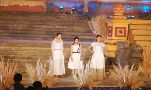 Độc đáo trang phục châu Á bên dòng Hương giang