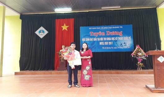 Lãnh đạo Sở GD&ĐT tỉnh Quảng Trị tặng hoa và quà cho em Phạm Huy