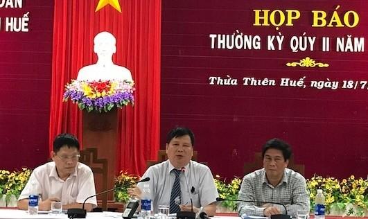 Ông Nguyễn Dung (ngồi giữa) Phó chủ tịch UBND tỉnh Thừa Thiên Huế chủ trì buổi họp báo