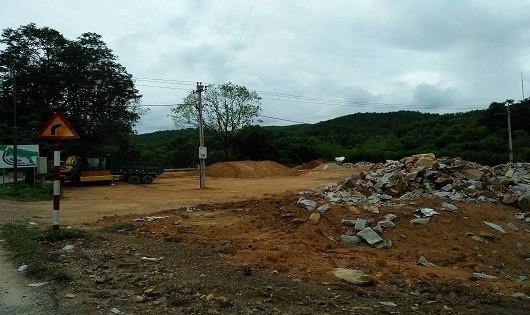 Khu vực xây dựng bãi xe phục vụ tham quan lăng Khải Định.