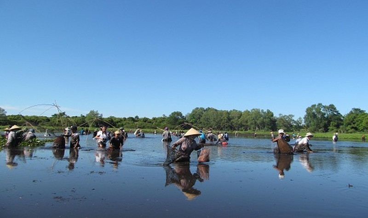 Dù phải ngâm mình nhiều giờ trong bùn, giữa tiết trời gần 40 độ C nhưng ai nấy đều hào hứng tham gia