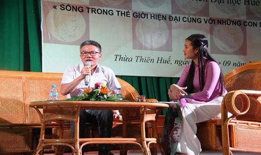 Giáo sư Ngô Bảo Châu giao lưu với sinh viên Đại học Huế.